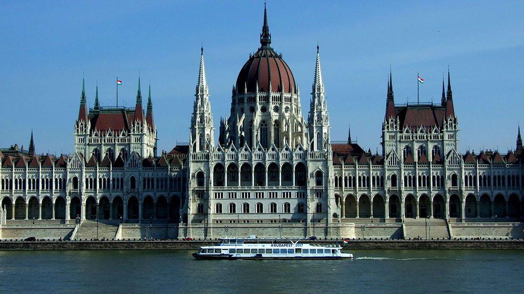 Budapest, 2017. március 13.2017. nyarán a magyar fővárosban megrendezésre kerülő Úszó-, Vizilabda-, Műugró-, Műúszó-, és Nyíltvízi Világbajnokságot felirattal reklámozó vízibusz halad el a Parlament épülete előtti Duna-szakaszon.MTVA/Bizományosi: Jászai Csaba ***************************Kedves Felhasználó!Ez a fotó nem a Duna Médiaszolgáltató Zrt./MTI által készített és kiadott fényképfelvétel, így harmadik személy által támasztott bárminemű – különösen szerzői jogi, szomszédos jogi és személyiségi jogi – igényért a fotó készítője közvetlenül maga áll helyt, az MTVA felelőssége e körben kizárt.