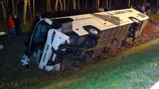 Csengele, 2017. március 26. Árokba borult autóbusz az M5-ös autópálya Röszke felé vezetõ oldalán, a 132-es kilométernél 2017. március 26-án. A bolgár autóbuszon negyvenkilenc ember utazott, a balesetben öten könnyebben megsérültek. Az eddigi információink szerint a buszba és alá senki nem szorult be. MTI Fotó: Donka Ferenc