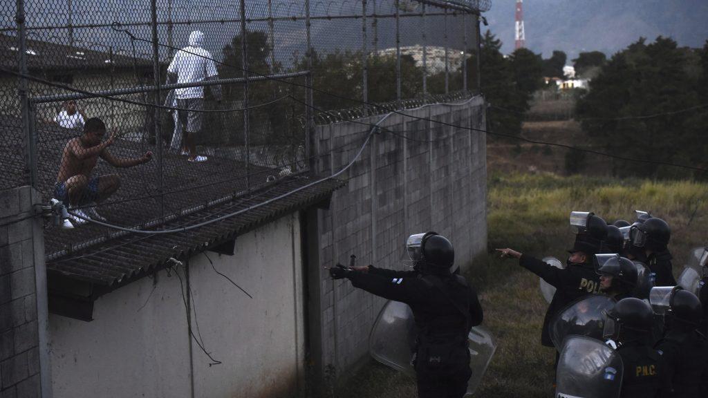 Guatemalaváros, 2017. március 20. Rendõrök és fegyencek egy fiatalkorúak és felnõttek számára fenntartott börtönben a guatemalai Guatemalavárosban, miután lázadás tort ki az intézményben 2017. március 19-én. A hatóságok szerint két õr életét vesztette, és többen megsérültek. (MTI/AP/Oliver de Ros)