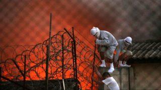 Guatemalaváros, 2017. március 20. Fegyencek próbálnak megszökni egy fiatalkorúak és felnõttek számára fenntartott börtönbõl Guatemalavárosban, miután lázadás tort ki az intézményben 2017. március 19-én. A hatóságok szerint két õr életét vesztette, és többen megsérültek. (MTI/EPA/Esteban Biba)