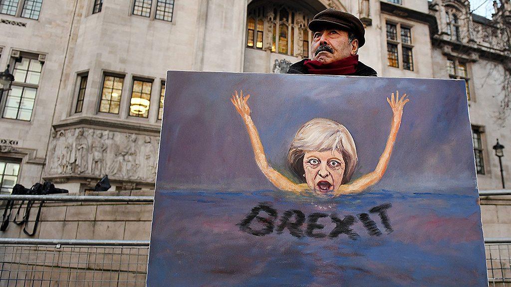 London, 2017. január 24.Kaya Mar uniópárti művész Theresa May brit kormányfő gúnyfiguráját ábrázoló festménnyel tüntet a brit legfelsőbb bíróság épülete előtt Londonban 2017. január 24-én. Ezen a napon a brit legfelsőbb bíróság ismerteti döntését arról, hogy a kormánynak kell-e kérnie előzetes parlamenti jóváhagyást a brit EU-tagság megszűnéséhez vezető folyamat hivatalos elindításához. A szigetország lakossága 2016. június 23-án népszavazáson döntött az ország kiválásáról az Európai Unióból. (MTI/EPA/Andy Rain)