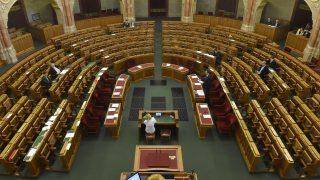 Budapest, 2017. március 8. Völner Pál, az Igazságügyi Minisztérium államtitkára (j) expozét mond a büntetõeljárásról szóló törvényjavaslat általános vitájában, az Országgyûlés plenáris ülésén, 2017. március 8-án. MTI Fotó: Kovács Tamás