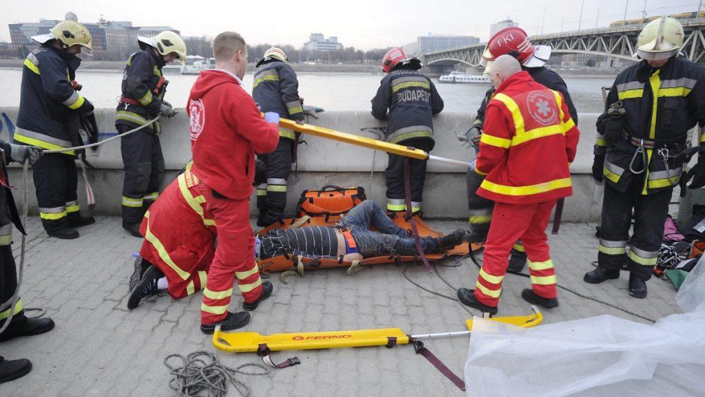 Budapest, 2017. március 17. Tûzoltók mentenek egy férfit, aki a Duna-parti kövekre zuhant a rakpartról a Boráros térnél 2017. március 17-én. A sérült férfit a mentõk kórházba vitték. MTI Fotó: Mihádák Zoltán
