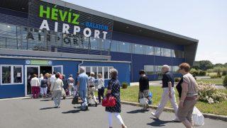 Sármellék, 2016. július 10. Az orosz UTair légitársaság Boeing 737-es repülõgépének utasai érkeznek a moszkvai Vnukovó repülõterérõl a sármelléki repülõtérre 2016. július 10-én. Másfél éves szünet után ettõl a naptól újra közlekednek menetrend szerinti légi járatok a sármelléki repülõtér és Moszkva között; az elsõ gépet novemberig még 17 járat követi. MTI Fotó: Varga György