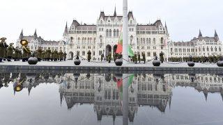 Budapest, 2017. március 15.Katonai tiszteletadással felvonják Magyarország lobogóját az 1848-49-es szabadságharc 169. évfordulóján az Országház előtt, a Kossuth Lajos téren 2017. március 15-én.MTI Fotó: Illyés Tibor