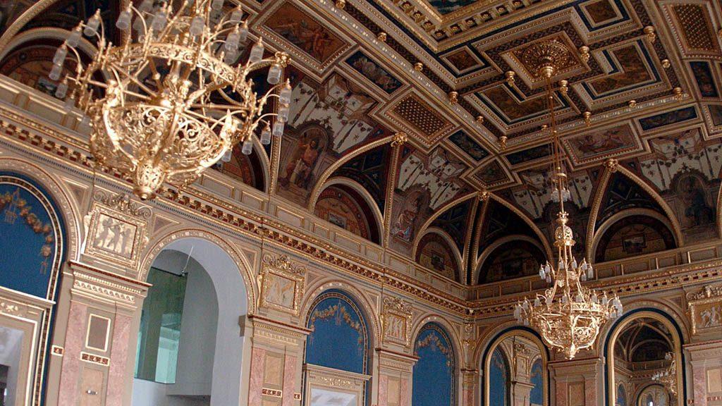 Budapest, 2009. július 13.A felújított Lotz-terem részlete. Tíz évvel a bezárás után rövidesen újra megnyílik az Andrássy úti Párisi Nagyáruház, az egykori Divatcsarnok. Az 1882-ben épült műemlék épület belső átriuma és a lépcsősor a Lotz-teremmel újra eredeti pompájában csillog. Az 5700 négyzetméteres épület egy részét az Alexandra könyváruháza bérli, a többi szinten irodák kaptak helyet.MTI Fotó: Balaton József