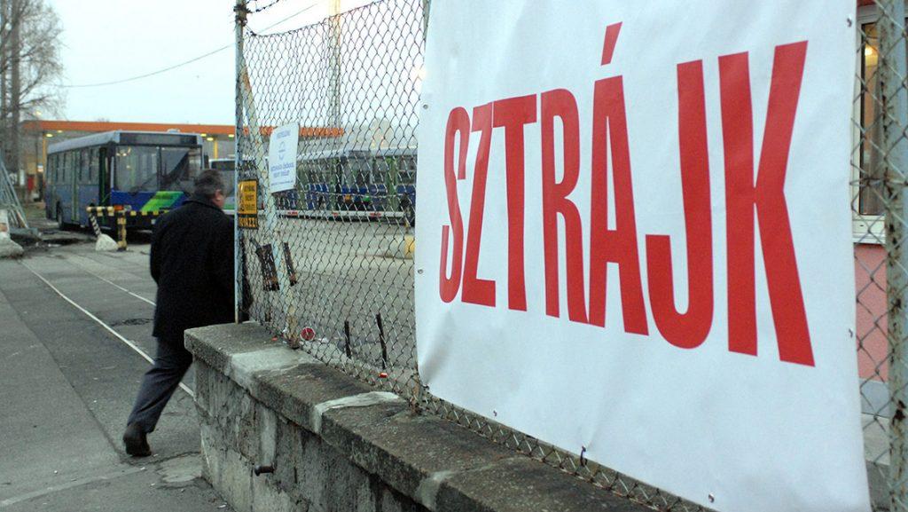 """Budapest, 2010. január 13.""""Sztrájk"""" feliratú transzparens látható a BKV XI. kerületi, kelenföldi buszgarázsának bejárata mellé függesztve a határozatlan idejű BKV-sztrájk második napján.MTI Fotó: Czimbal Gyula"""