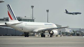 Budapest, 2012. május 16. A Ryanair légitársaság repülõgépe leszáll a Liszt Ferenc repülõtéren. Balra az Air France járata. MTI Fotó: Koszticsák Szilárd
