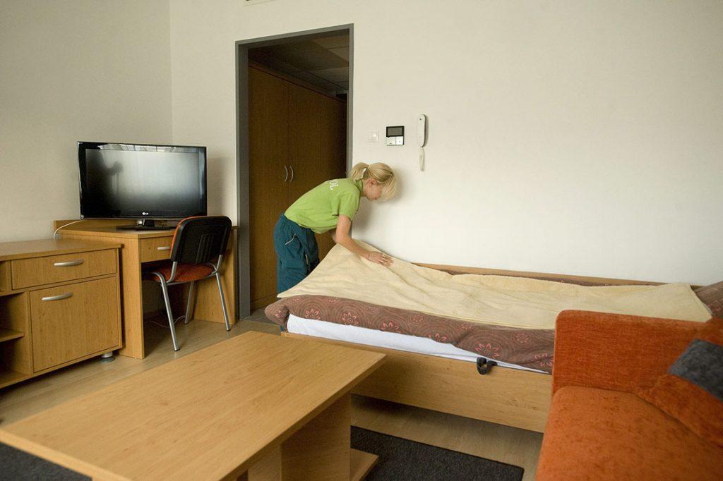 Rácalmás, 2012. november 15.Egy takarítónő megigazítja az ágyat a Hankook Ház egyik szobájában 2012. november 15-én.  A házban a rácalmási gumigyár munkásai laknak.MTI Fotó: Koszticsák Szilárd