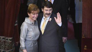 Budapest, 2017. március 13.Az újraválasztott Áder János köztársasági elnök és felesége, Herczegh Anita az Országgyűlés plenáris ülésén 2017. március 13-án. Áder János, a Fidesz-KDNP jelöltje 131 szavazatot kapott a titkos voksolás második fordulójában. A baloldali ellenzék által támogatott Majtényi Lászlóra 39-en szavaztak.MTI Fotó: Koszticsák Szilárd