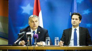 Brüsszel, 2017. március 10. A Miniszterelnöki Sajtóiroda által közreadott képen Orbán Viktor minsizterelnök (b) sajtótájékoztatót tart az uniós tagállamok vezetõinek csúcstalálkozóját követõen Magyarország Európai Unió melletti állandó képviseletén Brüsszelben 2017. március 10-én. Mellette Havasi Bertalan, a Miniszterelnöki Sajtóiroda vezetõje. MTI Fotó: Miniszterelnöki Sajtóiroda / Szecsõdi Balázs