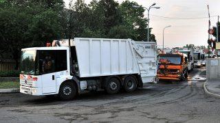 Budapest, 2012. május 24.A Fővárosi Közterület-fenntartó (FKF) Zrt. kukásautói az óbudai telepet hagyják el a hajnali órákban.MTI Fotó: Máthé Zoltán