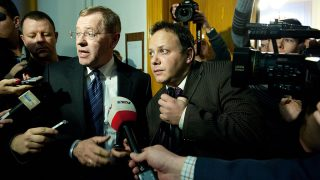 Budapest, 2012. március 20.Damu Roland (j) távozik védőjével, Ruttner Györggyel (j2) a Fővárosi Törvényszékről, ahol erőszakos közösülés és más bűncselekmények miatt jogerősen négy év hat hónap börtönbüntetésre ítélték a sorozatszínészt, valamint 5 évre eltiltották a közügyek gyakorlásától. A bíróság jogerős döntésével megváltoztatta a Pesti Központi Kerületi Bíróság tavaly szeptemberben hozott elsőfokú ítéletét, amelyben első fokon hat év börtönre ítélték és hat évre eltiltották a közügyektől.MTI Fotó: Koszticsák Szilárd