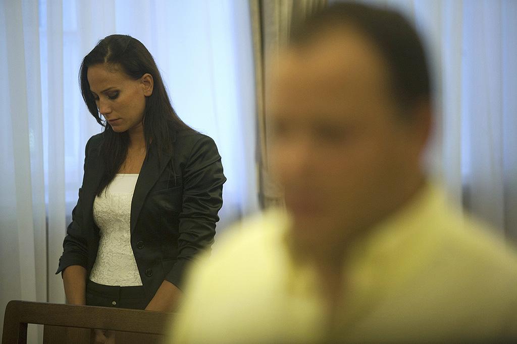 Budapest, 2011. szeptember 12.Palácsik Tímea sértett hallgatja az ítéletet Damu Roland (az előtérben) perének tárgyalásán, a Pesti Központi Kerületi Bíróság tárgyalótermében. Első fokon hat év börtönre és hat év közügyektől eltiltásra ítélte a bíróság a sorozatszínészt, akit súlyos testi sértésben, erőszakos közösülésben és személyi szabadság korlátozásában találtak bűnösnek.MTI Fotó: Marjai János