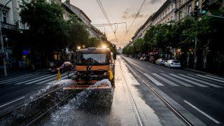 Budapest, 2016. június 24. A Fõvárosi Közterület-fenntartó Zrt. (FKF) locsolókocsija hûti a síneket a Teréz körúton, Budapesten 2016. június 24-én. Az Országos Meteorológiai Szolgálat elõrejelzése szerint az elkövetkezõ napokban rendkívüli meleg várható, ezért az Állami Népegészségügyi és Tisztiorvosi Szolgálat másodfokú hõségriasztást rendelt el június 26-án éjfélig. MTI Fotó: Balogh Zoltán
