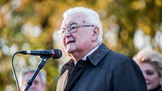 Budapest, 2016. november 4. Boross Péter volt miniszterelnök, az 1956-os Emlékbizottság állandó tagja beszédet mond az ország elsõ nemzetõrszobrának felavatásán, a kerület önkormányzata, a Rákosmenti '56-os Alapítvány és a Rákoskeresztúri Polgári Kör közös megemlékezésén a XVII. kerületi Kucorgó téren az 1956-os forradalom és szabadságharc leverésének és a szovjet csapatok bevonulásának 60. évfordulóján, a nemzeti gyásznapon, 2016. november 4-én. MTI Fotó: Balogh Zoltán