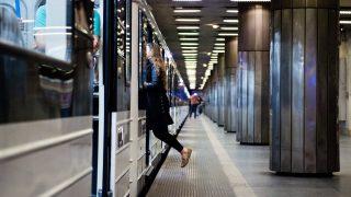 Budapest, 2017. március 20. Felszáll egy utas az M3-as vonalon közlekedõ elsõ felújított metrószerelvényre Budapesten, a Nagyvárad téri megállóban 2017. március 20-án. MTI Fotó: Balogh Zoltán