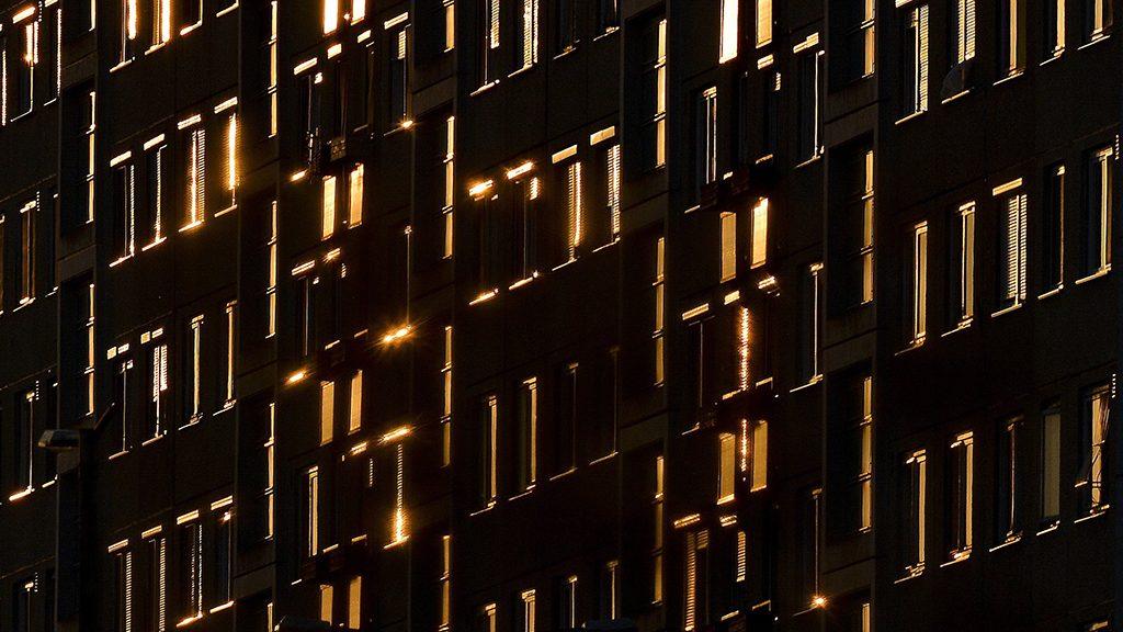 Debrecen, 2016. szeptember 4.Panelház ablakai csillognak napfelkeltekor Debrecenben 2016. szeptember 4-én.MTI Fotó: Czeglédi Zsolt