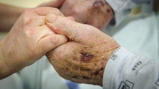 Debrecen, 2017. március 8. Egy ápoló kezét fogja egy beteg a debreceni Kenézy Gyula Kórházban kialakított hospice ház egyik szobájában az átadás napján, 2017. március 8-án. MTI Fotó: Czeglédi Zsolt