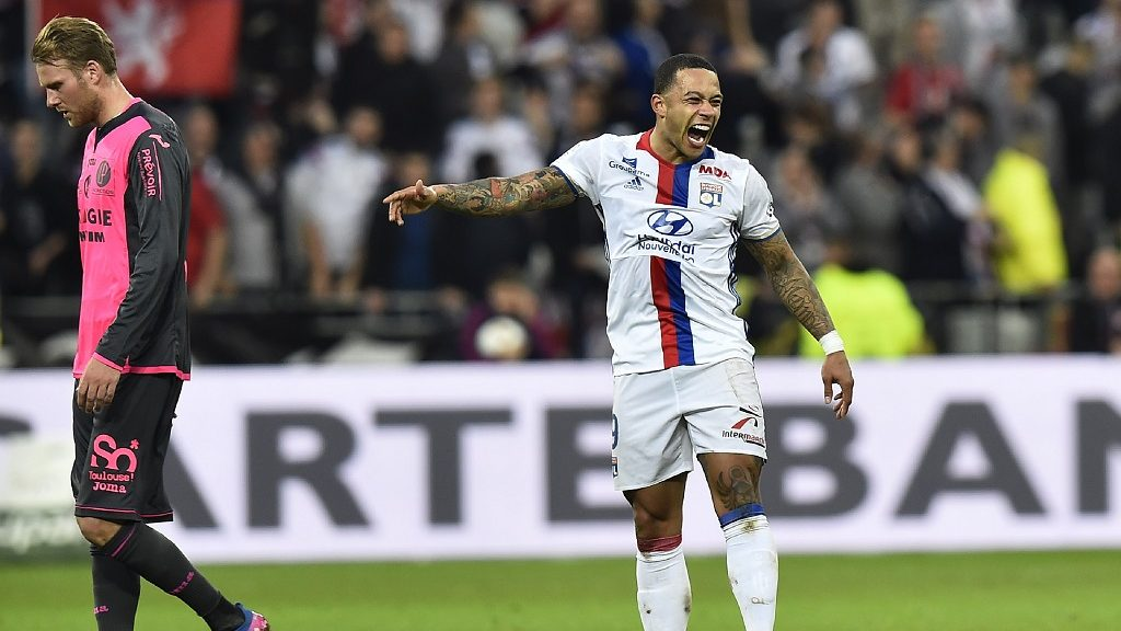Lyon's Dutch forward Memphis Depay (R) celebrates after scoring a goal as Toulouse's Swedish midfielder Ola Toivonen looks on during the French L1 football match between Olympique Lyonnais (OL) and Toulouse (TFC) on March 12, 2017, at the Parc Olympique Lyonnais stadium in Decines-Charpieu near Lyon. / AFP PHOTO / ROMAIN LAFABREGUE / ALTERNATIVE CROP