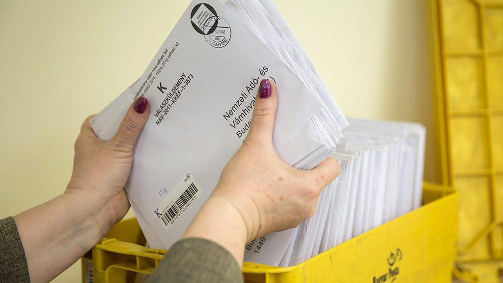 Budapest, 2016. május 20.Adóbevallásokat rendez egy dolgozó a Magyar Posta 62-es hivatalában a fővárosi Teréz körúton 2016. május 20-án. Ezen a napon lejár az szja-bevallások leadásának hivatalos határideje.MTI Fotó: Mohai Balázs