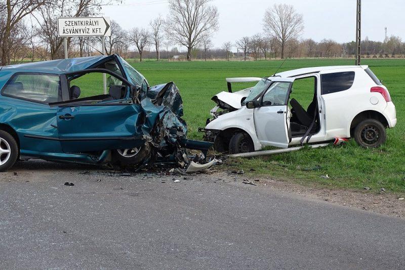 Szentkirály, 2017. március 30. Összetört személygépkocsik a Bács-Kiskun megyei Szentkirály közelében, ahol két ember meghalt, egy megsérült, amikor a jármûvek frontálisan összeütköztek 2017. március 30-án. MTI Fotó: Donka Ferenc