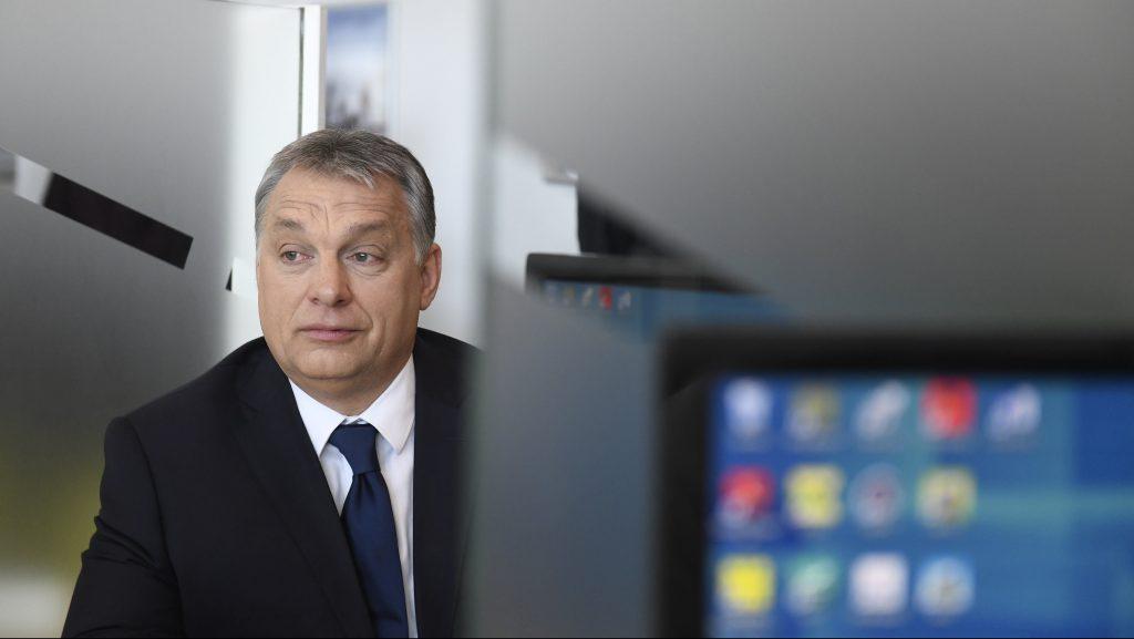 Szigetszentmiklós, 2017. március 3. Orbán Viktor miniszterelnök a Szigetszentmiklósi Igazgatási Központban az intézmény avatása után 2017. március 3-án. MTI Fotó: Koszticsák Szilárd