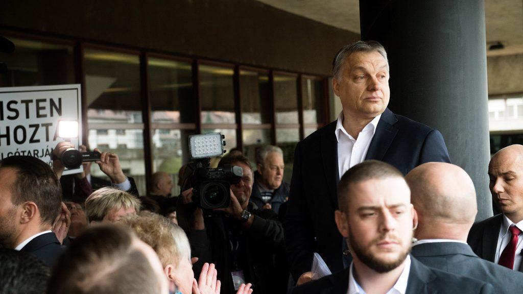 Salgótarján, 2017. március 21. Orbán Viktor miniszterelnököt szimpatizánsok fogadják érkezésekor Salgótarjánban, a Városháza elõtt 2017. március 21-én. Orbán Viktor a Modern városok program keretében látogatott el Salgótarjánba, ahol Fekete Zsolt (MSZP) polgármesterrel aláírja a programhoz kapcsolódó együttmûködési megállapodást. MTI Fotó: Koszticsák Szilárd