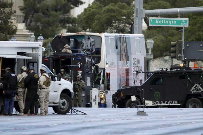 Las Vegas, 2017. március 26. Kommandósok vesznek körül egy emeletes buszt, amelyben lövöldözni kezdett egy férfi Las Vegas belvárosában 2017. március 25-én. A támadásban egy ember meghalt, két sebesültet kórházba szállítottak. (MTI/AP/John Locher)