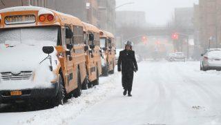 New York, 2017. március 14. Hóesésben megy egy férfi New Yorkban 2017. március 14-én. (MTI/EPA/Andrew Gombert)