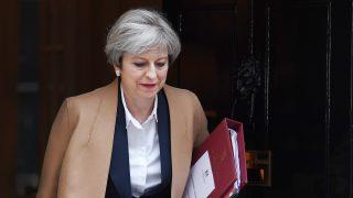 London, 2017. március 29. Theresa May brit miniszterelnök távozik a londoni kormányfõi rezidenciáról, a Downing Street 10-bõl 2017. március 29-én, egy nappal azután, hogy aláírta a Lisszaboni Szerzõdés 50. cikkelyének aktiválását bejelentõ levelét, amely az EU-tagság megszûnésének folyamatát szabályozza. May a mai napon az alsóházban bejelenti a cikkely aktiválását, hivatalosan elindítva a brit EU-tagság megszûnésének feltételeirõl szóló tárgyalássorozatot. (MTI/EPA/Andy Rain)