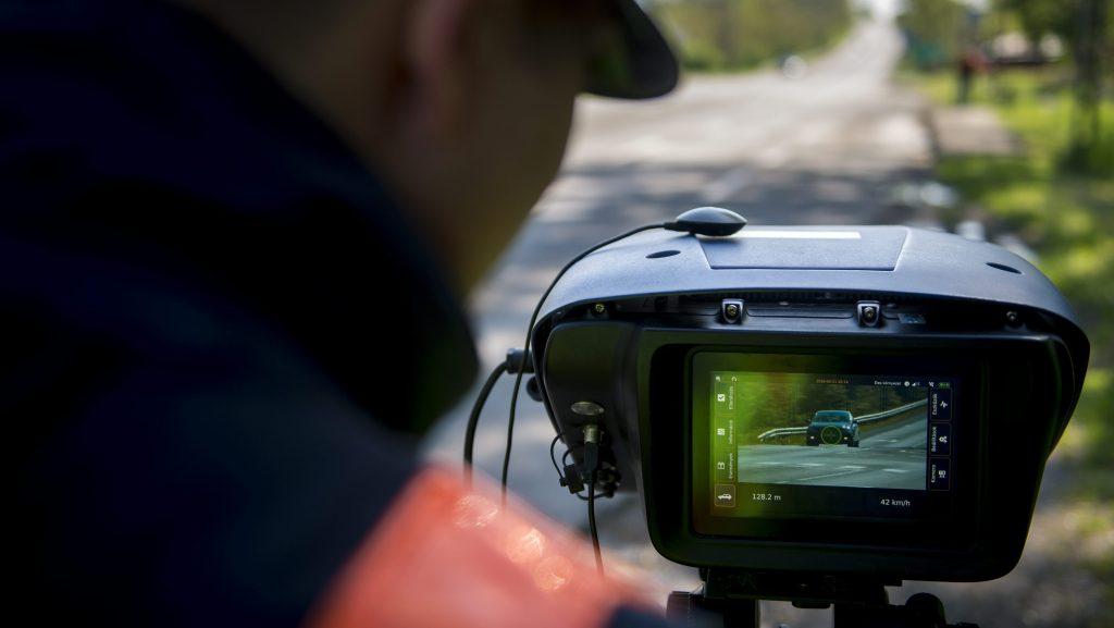 Pécs, 2016. április 21. Egy rendõr a Véda automata közlekedés-ellenõrzési rendszer egyik sebességmérõjével a 6-os fõúton, Pécs határában 2016. április 21-én. Csaknem kilencszáz magyarországi helyszínen ellenõrzi a rendõrség a sebességhatár túllépését reggel hat óra óta 24 órán keresztül a Speedmarathon nemzetközi akció keretében. MTI Fotó: Sóki Tamás