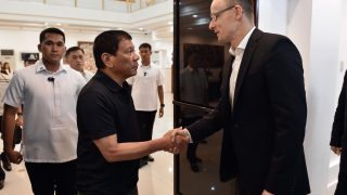 Davao, 2017. március 27. A Külgazdasági és Külügyminisztérium (KKM) által közreadott képen Rodrigo Duterte Fülöp-szigeteki államfő (k) és Szijjártó Péter külgazdasági és külügyminiszter (j) találkozója Davaóban 2017. március 27-én. MTI Fotó: KKM