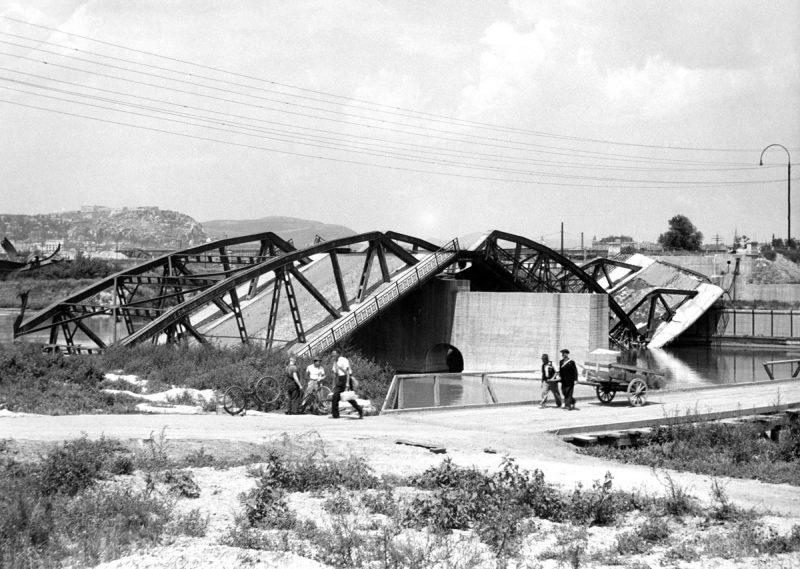 Budapest, 1945. február 1. Gyalogosok húznak kézikocsit a háborúban elpusztult Gubacsi híd melletti ideiglenes fahídon.  MTI Fotó: -