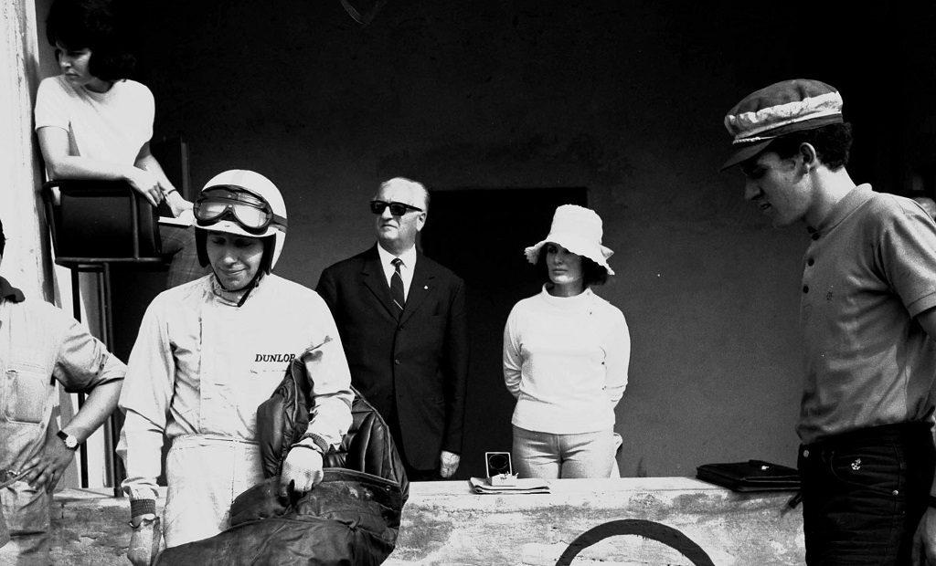 John Surtees avec Enzo Ferrari à Monza le 05/09/1964 pendant les essais de GP F1.