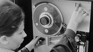 Diósgyõr, 1968. június 28. Egy asszony a Lenin Kohászati Mûvek diósgyõri számítástechnikai központjában betáplálja a mágnesszalagot abba az új adatfeldolgozó berendezésbe, amelyet közel 20 millió forintért vásároltak. A Bull-Gamma 115 típusú elektronikus adatfeldolgozó gazdasági számításokon kívül a miskolci gyáróriás 18,5 ezer dolgozójának adatait dolgozza föl, és az adminisztrációs munkák lebonyolítására is alkalmas. MTI Fotó: Kunkovács László