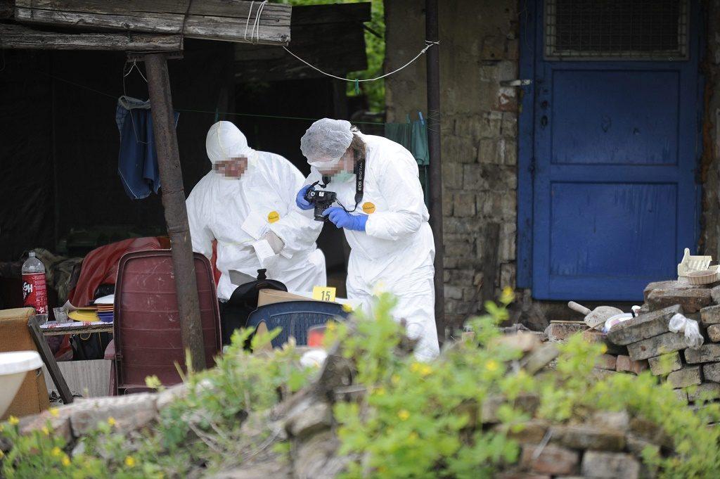 Budapest, 2016. április 28. Bûnügyi helyszínelõk dolgoznak egy ház udvarán Budapesten, a III. kerületi Ürömhegyi úton, ahol szemeteskukába rejtett holttestet találtak. A rendõrség emberölés elkövetésének megalapozott gyanúja miatt indított eljárást egy román férfi ellen, akit azzal gyanúsítanak, hogy szóváltás után halálra verte ismerõsét, majd a holttestet egy szeméttárolóban rejtette el. MTI Fotó: Mihádák Zoltán