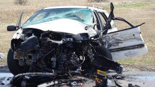 Helvécia, 2017. március 20. Összeroncsolódott személyautó 2017. március 20-án az 54-es úton, Kecskemét és Helvécia között, ahol két autó frontálisan összeütközött. A balesetben egy férfi meghalt, többen megsérültek. Egy teherautó az út menti árokba hajtott, hogy elkerülje az ütközést a karambolozó jármûvekkel. MTI Fotó: Donka Ferenc