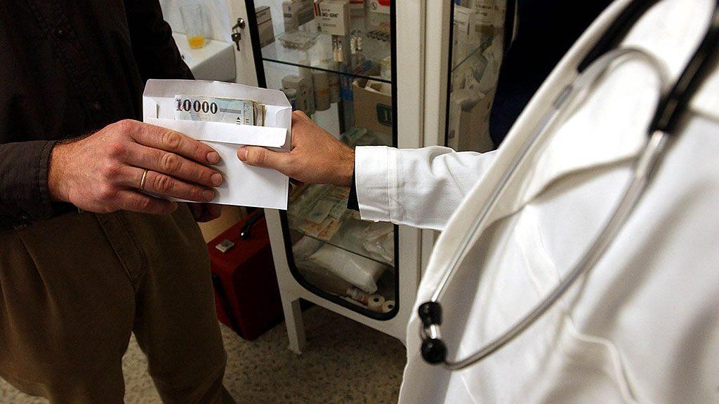 Budapest, 2004. január 14. Etikailag és jogilag is kifogásolható, ha az orvos előre kér pénzt a betegtől a kivizsgálásért - közölték a Magyar Orvosi Kamara (MOK) sajtótájékoztatóján. Ez azonban nem egyenlő a hálapénzzel, hiszen azt a vizsgálat után, önként adja a beteg. Más a helyzet a szülészek esetében. Szüléseknél ugyanis a nők extra szolgáltatást kérnek az orvosoktól, például hogy az orvos bármikor elérhető legyen. Ez a plussz szolgáltatás a kamara elnöke szerint legálisan nem finanszírozható, az ügyeleti rendszerben nem illeszthető be. A képen: illusztráció a sajtótájékoztatóhoz.MTI Fotó: Kovács Tamás