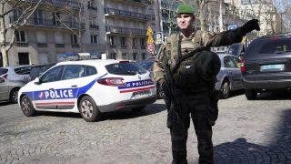 Párizs, 2017. március 16. Egy katona eltereli a forgalmat a francia fõvárosban 2017. március 16-án, miután levélbomba robbant a Nemzetközi Valutaalap, az IMF A párizsi irodájában. Egy ember könnyebben megsebesült, egyéb baj nem történt. (MTI/AP/Thibault Camus)