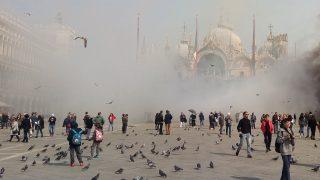 Velence, 2017. március 17. Sûrû füst gomolyog a velencei Szent Márk téren, miután egy rablóbanda tagjai füstbombákat robbantottak 2017. március 17-én. A banda egy ékszerboltot akart kirabolni, akciója azonban kudarcba fulladt. (MTI/AP/Andrea Venturini)
