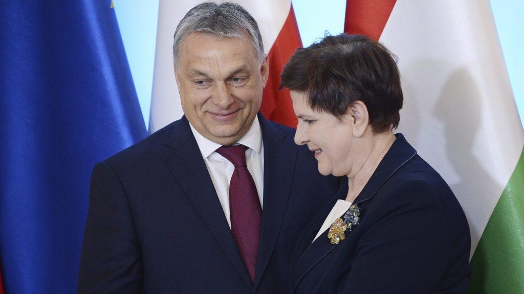 Varsó, 2017. március 28. Beata Szydlo lengyel kormányfõ (j) fogadja Orbán Viktor miniszterelnököt a visegrádi csoport (V4) miniszterelnökeinek varsói találkozóján 2017. március 28-án. (MTI/AP/Alik Keplicz)