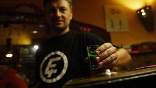 Prága, 2012. szeptember 12.Olcsó szeszes italt tartalmazó poharat fog egy férfi egy prágai kocsmában 2012. szeptember 12-én. Metilalkohollal készített vodka és borókapálinka okozott mérgezést Csehországban, ahol a halálos áldozatok száma tizenötre emelkedett, kórházakban pedig több tucat embert kezelnek mérgezéssel, közülük mintegy húsznak válságos az állapota. (MTI/EPA/Filip Singer)