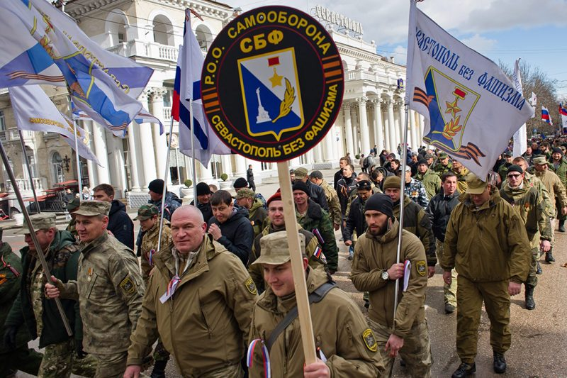 Szevasztopol, 2015. március 18.Az orosz önvédelmi alakulatok tagjai felvonulnak a Krím félszigeten fekvő Szevasztopolban Krím Oroszországhoz csatolásának első évfordulója alkalmából 2015. március 18-án. Egy évvel korábban, 2014. március 16-án az Ukrajnához tartozó Krím félszigeten a helyi oroszbarát vezetés által kiírt népszavazáson a lakosok nagy többsége az Oroszországhoz való csatlakozás mellett foglalt állást. (MTI/EPA/Anton Pedko)