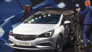 Frankfurt, 2015. szeptember 15. Karl-Thomas Neumann, az Opel, (b) és Mary Barra, a General Motors vezérigazgatója bemutatja az új Astra Sports Tourer gépjármûvet a 66. Frankfurti Autószalonon 2015. szeptember 15-én, a kiállítás elsõ sajtónapján. (MTI/EPA/Uwe Zucchi)