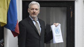 London, 2017. január 13. 2016. február 5-én készült kép Julian Assange-ról, a WikiLeaks oknyomozó internetes portál alapítójáról, aki sajtótájékoztatót tart menedékhelyén, Ecuador londoni nagykövetségén, ahová 2012-ben menekült, mert a brit hatóságok jóváhagyták kiadatását Svédországnak, ahol egy svéd nõ feljelentése nyomán nemi erõszakkal gyanúsítják. A WikiLeaks 2017. január 12-én a Twitter internetes közösségi portálon közzétette, hogy Assange vállalja az Egyesült Államoknak történõ kiadatását, ha Barack Obama amerikai elnök kegyelemben részesíti Chelsea Manninget, az amerikai hadsereg közlegényét. Manning jelenleg 35 éves börtönbüntetését tölti Kansasban, amiért korábban 700.000 dokumentumot adott át a WikiLeaksnek. Assange-t az Egyesült Államok 250 ezer titkos amerikai diplomáciai irat kiszivárogtatása miatt akarja felelõsségre vonni.  (MTI/EPA/Facundo Arrizabalaga)