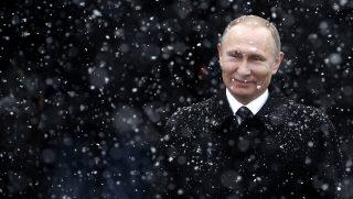 Moszkva, 2017. február 23. Vlagyimir Putyin orosz elnök koszorúzáson vesz részt az ismeretlen katona sírjánál a haza védõinek napján Moszkvában 2017. február 23-án. (MTI/EPA/Makszim Sipenkov)