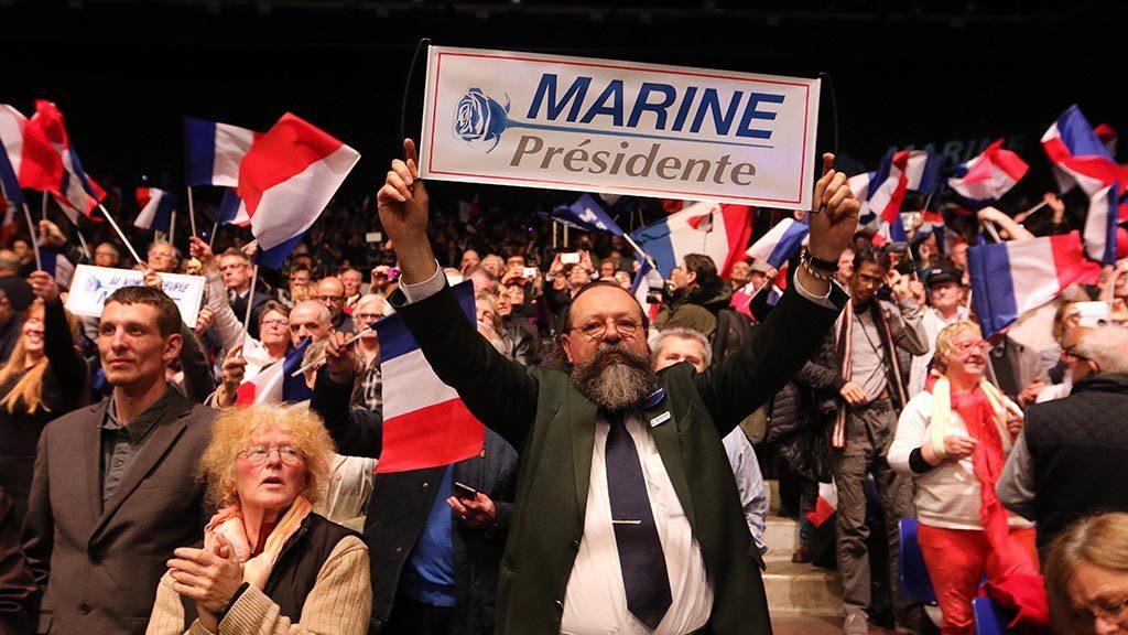 Nantes, 2017. február 26.Marine Le Pen, a francia jobboldali Nemzeti Front (FN) elnökének és államfőjelöltjének támogatói a párt választási kampánygyűlésén 2017. február 26-án. A kétfordulós francia elnökválasztás első fordulóját április 23-án rendezik. (MTI/EPA/Eddy Lemaistre)