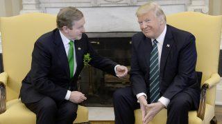 Washington, 2017. március 16. Donald Trump amerikai elnök (j) és Enda Kenny ír miniszterelnök megbeszélést folytat a washingtoni Fehér Ház Ovális irodájában 2017. március 16-án. (MTI/EPA pool/Olivier Douliery)