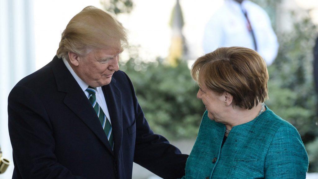 Washington, 2017. március 17. Donald Trump amerikai elnök (b) fogadja Angela Merkel német kancellárt a washingtoni Fehér Házban 2017. március 17-én. (MTI/EPA/Clemens Bilan)